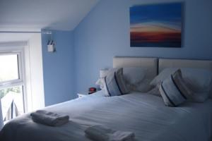 2_driftwood_-_beach_hut_bedroom
